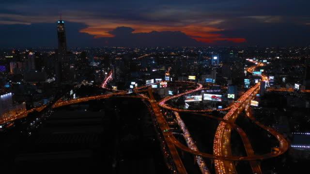 vídeos y material grabado en eventos de stock de disparo aéreo de bangkok city, central business por un dron disparado por la noche - multicóptero