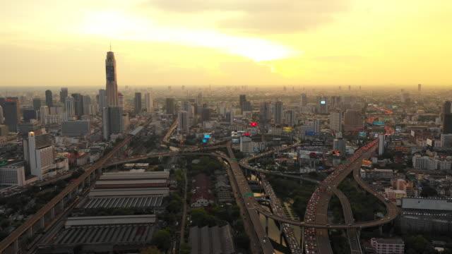 夕暮れ時にドローンで撮影したバンコク市の空中写真、セントラルビジネス - クワッドコプター点の映像素材/bロール