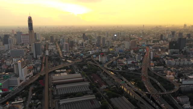 luftaufnahme von bangkok city, central business von drohne in der dämmerung erschossen - bangkok stock-videos und b-roll-filmmaterial