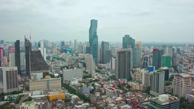 バンコク市内、曇り空とチャオプラヤ川の空中ショット - クワッドコプター点の映像素材/bロール