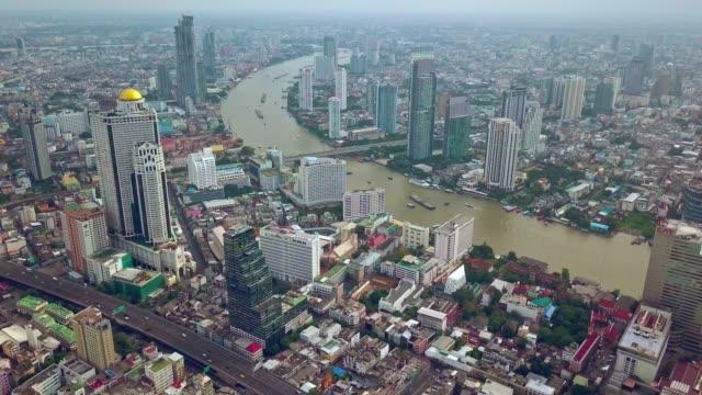 vídeos y material grabado en eventos de stock de toma aérea de la ciudad de bangkok, río de chao phraya con cielo nublado - multicóptero