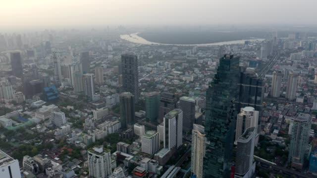 日の出時のバンコク市、サイロム/サトン中央ビジネス地区の空中写真 - クワッドコプター点の映像素材/bロール