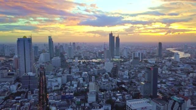 vídeos y material grabado en eventos de stock de toma aérea de la ciudad de bangkok, silom/sathon distrito central de negocios con la torre mahanakhon - multicóptero