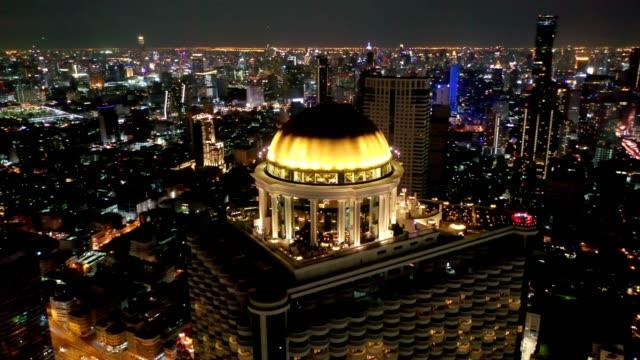 luftaufnahme von bangkok city, silom/sathon central business district, dachbar mit chao phraya river bei nacht - dach stock-videos und b-roll-filmmaterial