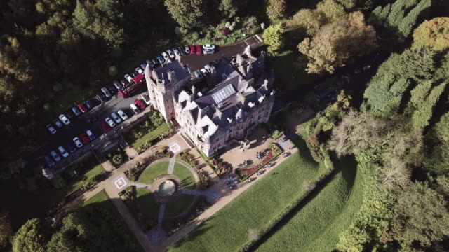 vídeos y material grabado en eventos de stock de aerial shot of belfast castle during the autumn of 2017 in 4k. - castillo estructura de edificio