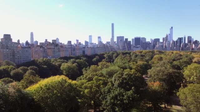 vídeos de stock, filmes e b-roll de aerial shot of central park and midtown skyline in new york city - inclinação para cima