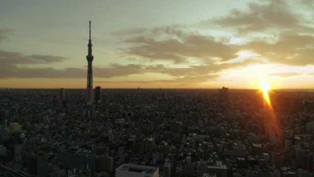 vídeos y material grabado en eventos de stock de disparo aéreo del centro de la ciudad de tokio con la montaña fuji, japón - tokio