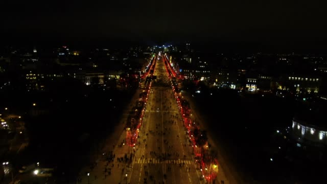 stockvideo's en b-roll-footage met aerial shot of champs elysees at night - boulevard