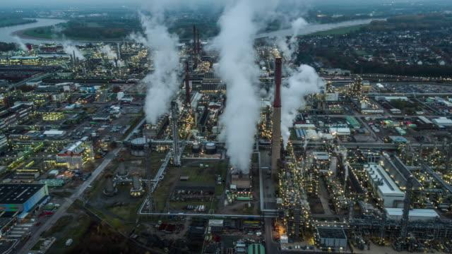 Luftaufnahme der chemischen Industrie und Raffinerie in der Dämmerung
