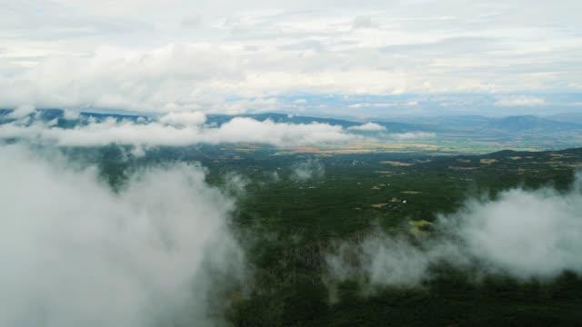vídeos de stock e filmes b-roll de aerial shot of clouds over beautiful valley - choupo tremedor