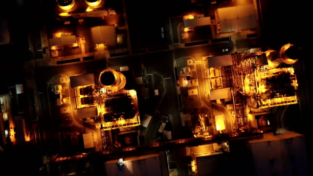 vídeos de stock e filmes b-roll de aerial shot of combine cycle powerplant and cooling tower at night - gerador