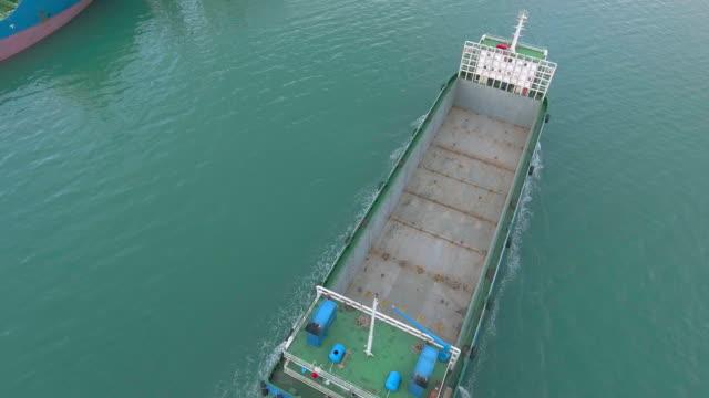 stockvideo's en b-roll-footage met luchtfoto van containerschip bij peir - voor anker gaan