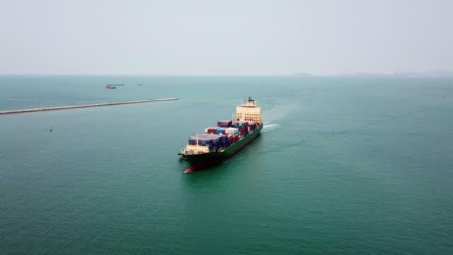 vídeos de stock, filmes e b-roll de tiro aéreo do transporte de carga de navio de contêineres no porto de navio - recipiente