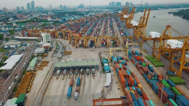 ripresa aerea dell'esportazione e dell'importazione di navi portacontainer nel cantiere navale per la logistica e il trasporto negli oceani del sud-est asiatico - long beach california video stock e b–roll