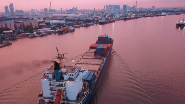 vídeos y material grabado en eventos de stock de toma aérea de nave de envase de exportación e importación en el astillero para logística y transporte en mar del sur de asia del este - buque tanque
