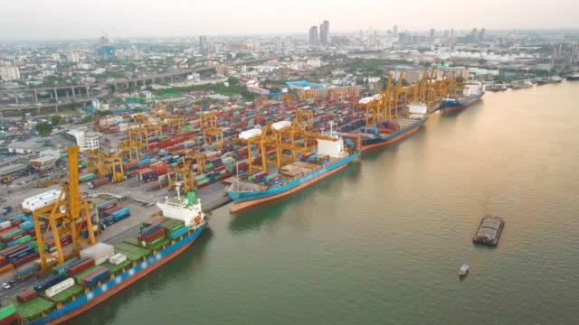 輸出入をコンテナー船の空中ショットのドックヤード ロジスティックと東南アジアの海洋輸送 - 容器点の映像素材/bロール