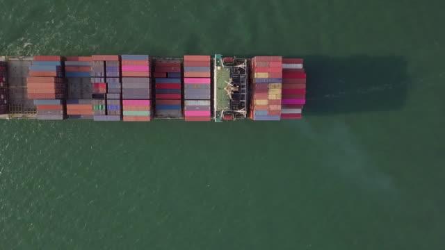 antenn skott av container fartyg i havet, uppifrån visa komposition - förtöjd bildbanksvideor och videomaterial från bakom kulisserna