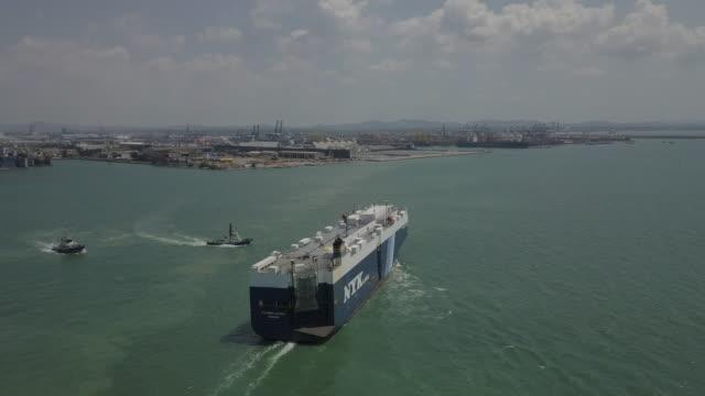 海上でのコンテナ船の空中写真 - nautical vessel点の映像素材/bロール