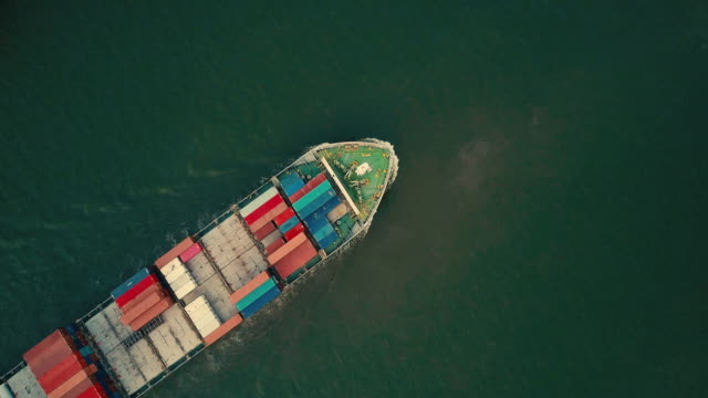 vídeos de stock e filmes b-roll de aerial shot of container ship in the sea - navio cargueiro
