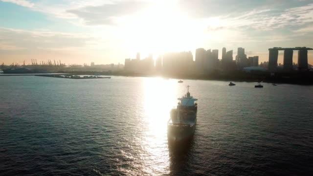 luftaufnahme eines containerschiffs nach city - präfektur osaka stock-videos und b-roll-filmmaterial