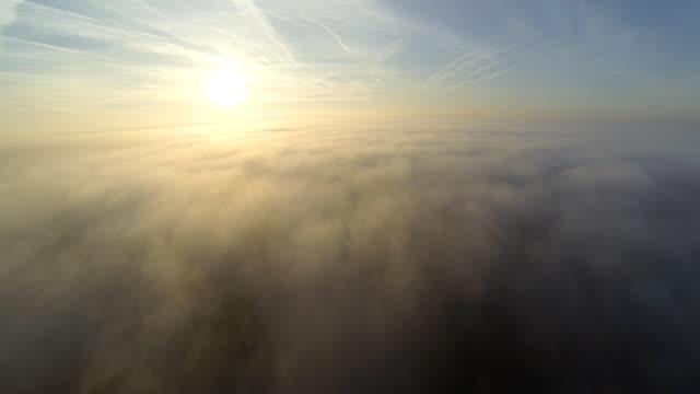 vídeos de stock, filmes e b-roll de hd: vista aérea de campo em nevoeiro - ambiente dramático