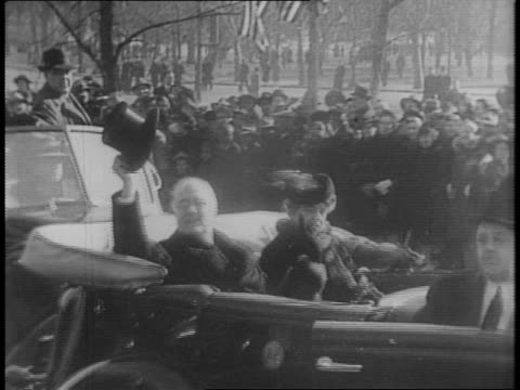 vidéos et rushes de aerial shot of crowds outside capitol building / montage of roosevelt's motorcade leaving capitol building, crowds lining streets to see procession /... - chapeau
