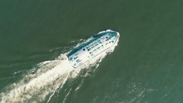 aerial shot of cruise ship - 船点の映像素材/bロール