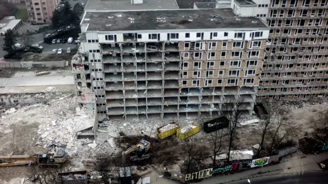 stockvideo's en b-roll-footage met aerial shot of destroyed building - puin