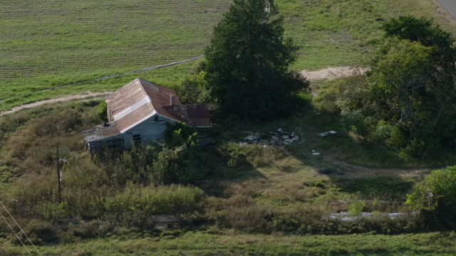 vídeos de stock e filmes b-roll de aerial shot of dilapidated farm house - casa de quinta