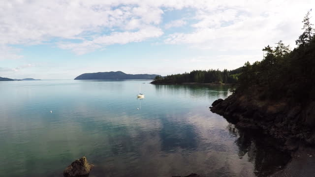 aerial shot of doe bay in san juan islands, washington - stato di washington video stock e b–roll