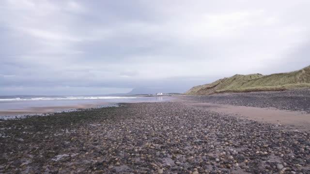 vídeos y material grabado en eventos de stock de aerial shot of donegal beach on a stormy afternoon in ireland - provincia de ulster