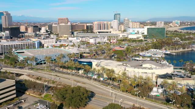 riprese aeree del centro di long beach, california. - long beach california video stock e b–roll