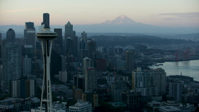 aerial shot of downtown seattle with mount rainier in the background at sunrise - space needle bildbanksvideor och videomaterial från bakom kulisserna