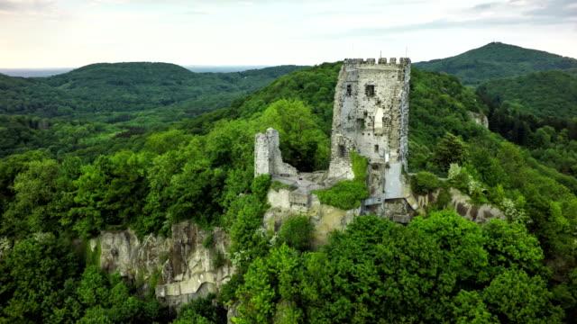 stockvideo's en b-roll-footage met luchtfoto van de drachenfels met kasteel in duitsland - kasteel