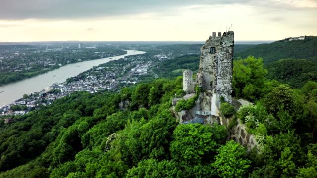 Luchtfoto van de Drachenfels met de Rijn in Duitsland