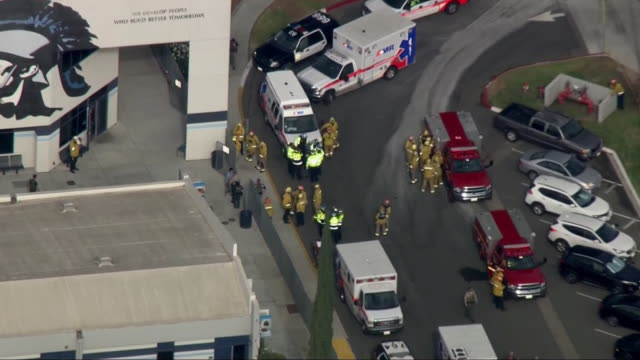 aerial shot of emergency vehicles responding to a shooting at saugus high school in santa clarita california - santa clarita stock-videos und b-roll-filmmaterial