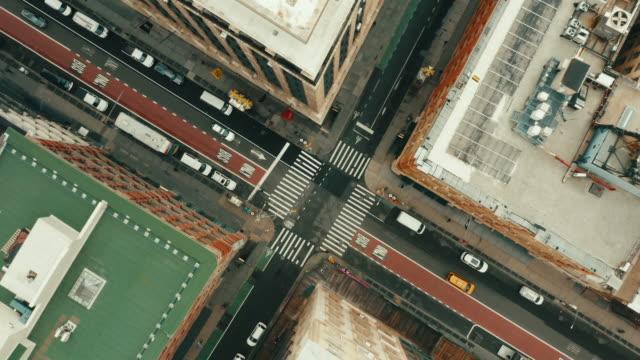 colpo aereo di strade vuote a soho, new york city. - viale video stock e b–roll