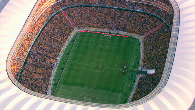 vídeos de stock e filmes b-roll de aerial shot of fnb stadium (soccer city) during a football match - estádio