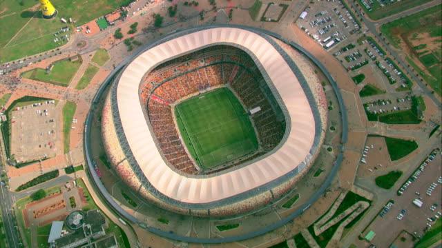 vídeos de stock e filmes b-roll de aerial shot of fnb stadium (soccer city) - estádio