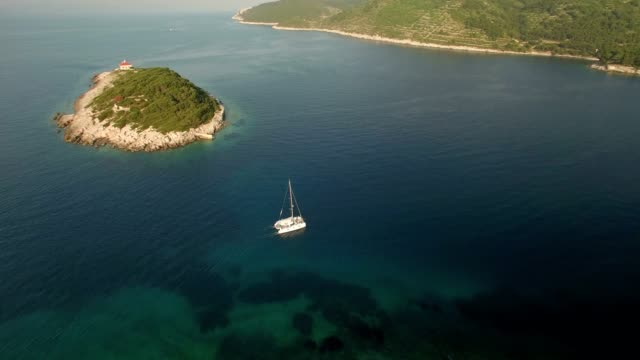 stockvideo's en b-roll-footage met luchtfoto van fort george in vis kroatië - jachtvaren