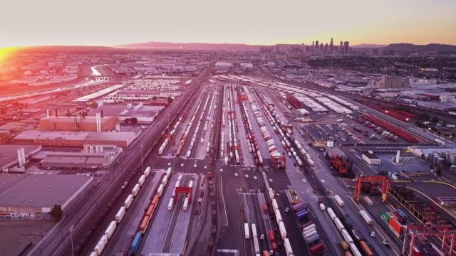vídeos y material grabado en eventos de stock de toma aérea del tren de carga dejando patio intermodal - tren de carga