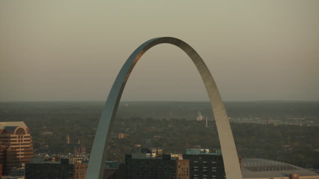 stockvideo's en b-roll-footage met aerial shot of gateway arch st louis - gateway arch st. louis