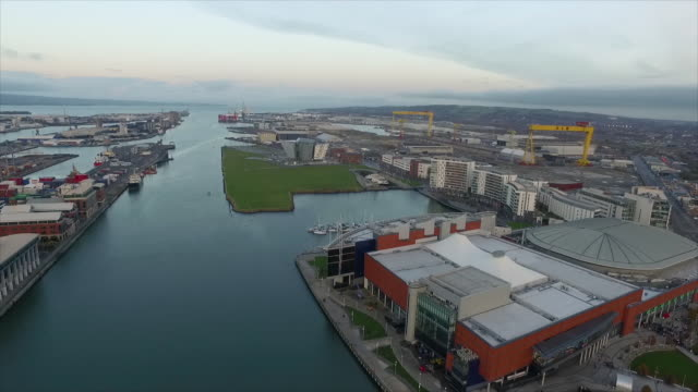 vídeos de stock e filmes b-roll de aerial shot of harbour estate. - belfast