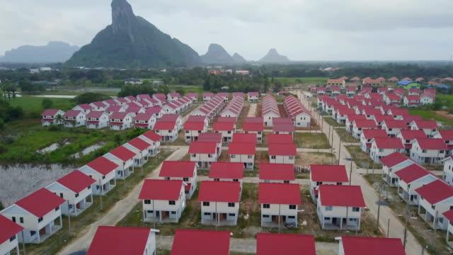 vidéos et rushes de photo aérienne de village natal en construction en thaïlande - problème de logement