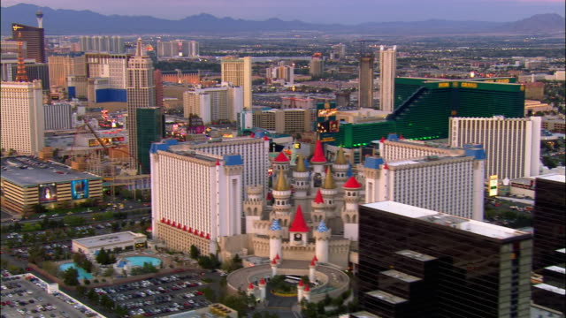 stockvideo's en b-roll-footage met aerial shot of hotels and casinos on las vegas strip at dusk / las vegas, nevada - dag