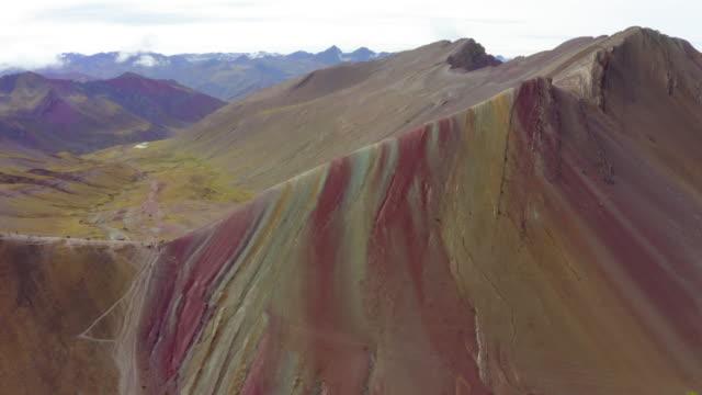 vídeos de stock, filmes e b-roll de aerial shot of idyllic colorful rocky mountains in desert against sky, drone moving over landscape - rainbow mountain, peru - américa do sul