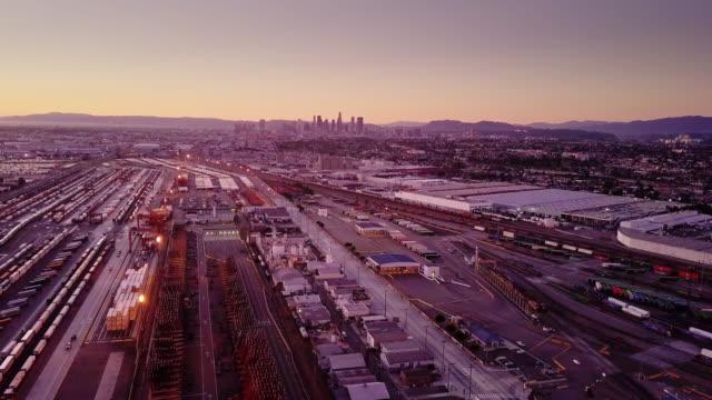 vídeos de stock, filmes e b-roll de foto aérea do pátio intermodal com o skyline do centro de los angeles - hollywood califórnia