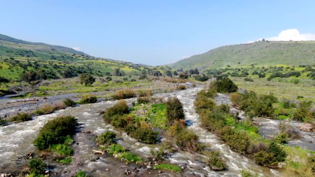 vidéos et rushes de aerial shot of jordan river in upper galilee, israel - vallée