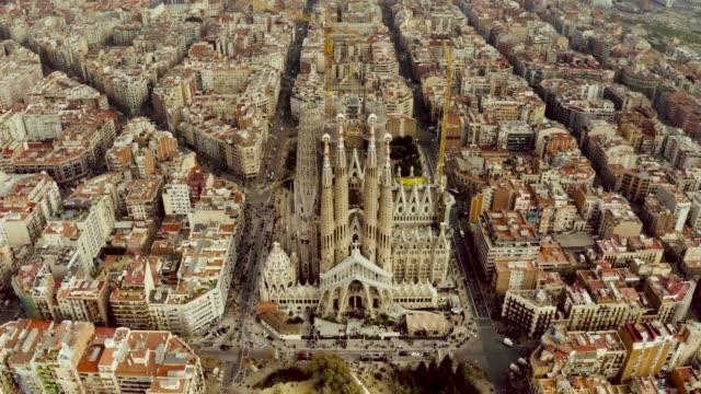 vídeos de stock e filmes b-roll de aerial shot of la sagrada familia, barcelona. - catolicismo