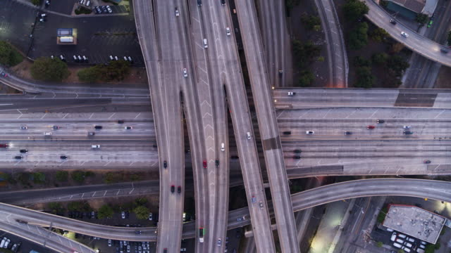 日落時洛杉磯高速公路的空中拍攝 - 立體交叉橋 個影片檔及 b 捲影像